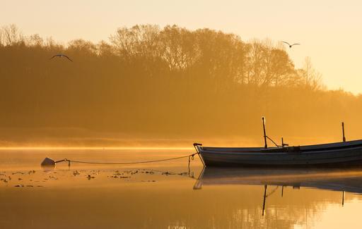 Barque à l'ancre au lever du soleil