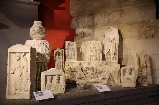 Bas-reliefs trouvés dans le rempart du castrum de Burdigala