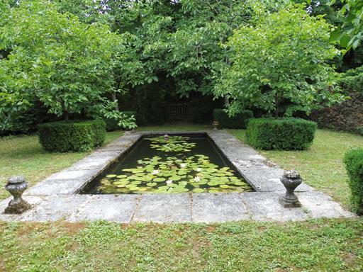 Bassin aux nymphéas dans le parc du Château Malleret à Cadaujac