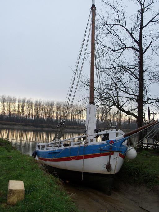 Bateau à voile sur estey de la Garonne en hiver
