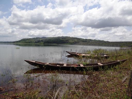 Bateau de pêche sur le lac Kossou en Côte d'Ivoire