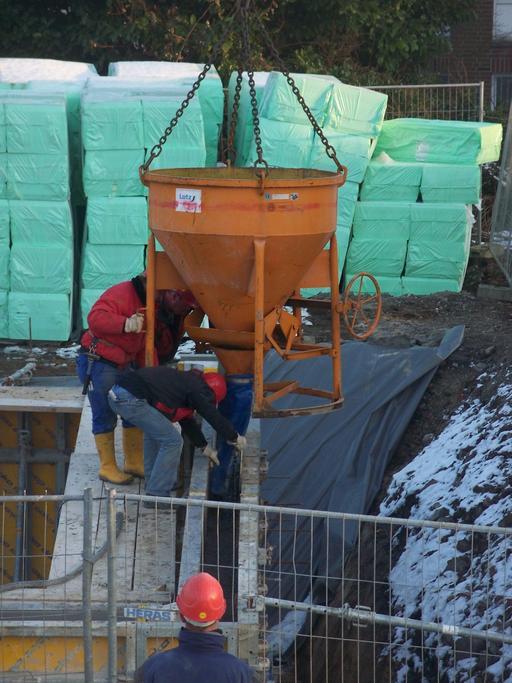 Benne de béton sur un chantier