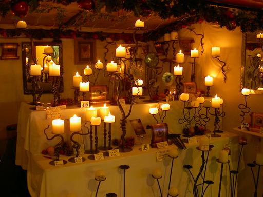 Bougeoirs avec bougies allumées
