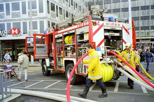 Camion de pompiers avec la grande échelle