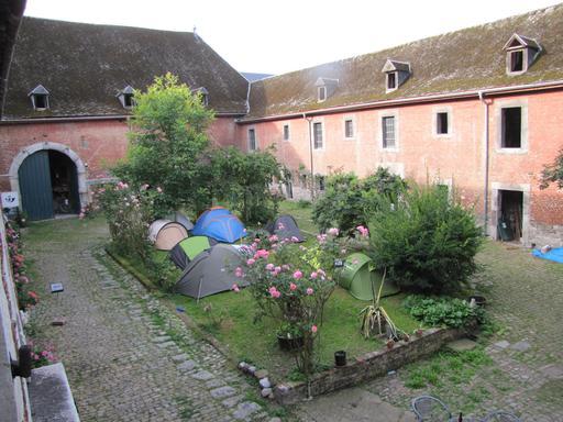 Camping dans la cour intérieure de la ferme de Hermalle-sous-Huy en Belgique