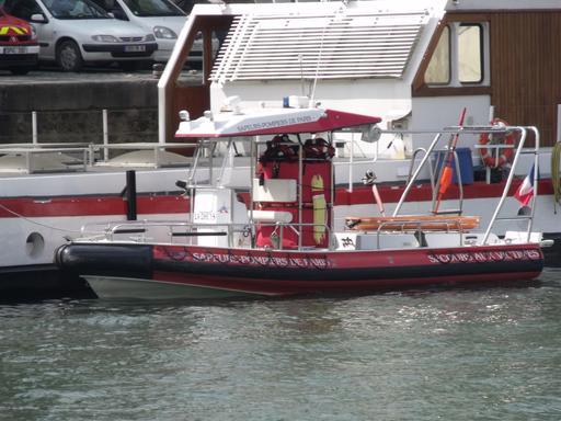 Canot de sauvetage et péniche des pompiers de Paris sur la Seine