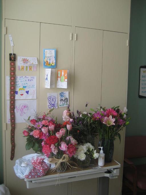 Cartes et fleurs sur table d'hôpital