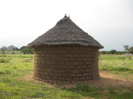 Case ronde en terre, au nord du Cameroun