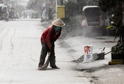 Cendres volcaniques en ville dans l'île de Java