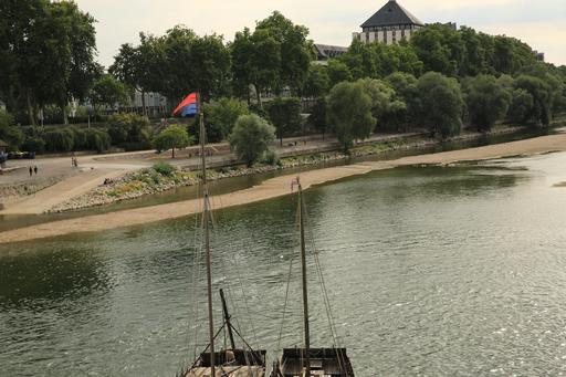 Chalands devant la ville de Tours
