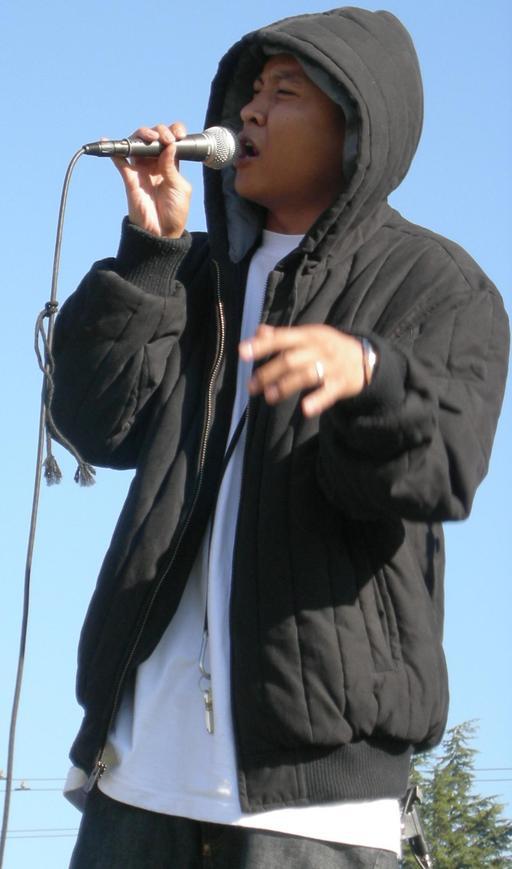 Chanteur à capuche