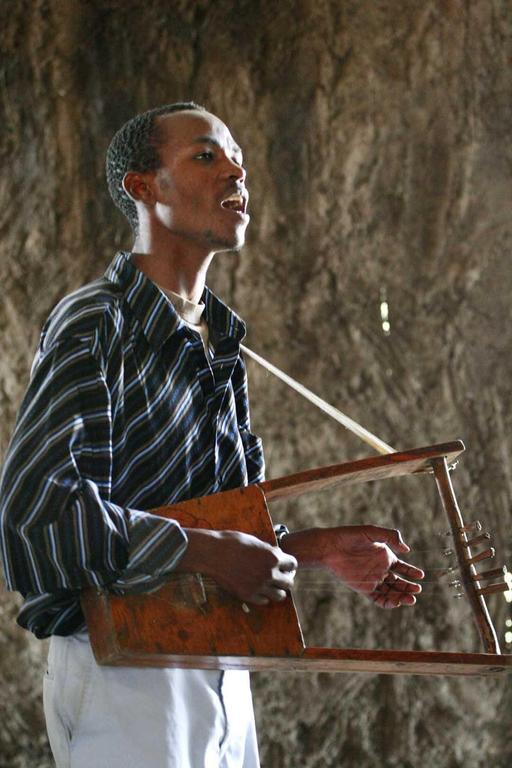 Chanteur éthiopien jouant du Krar