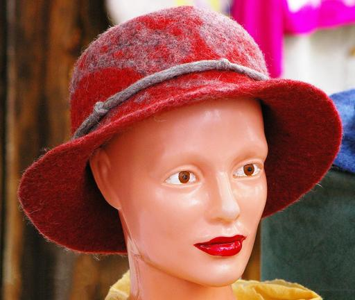 Chapeau en feutre sur mannequin