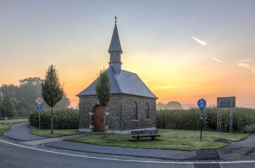 Chapelle en brique à l'aube
