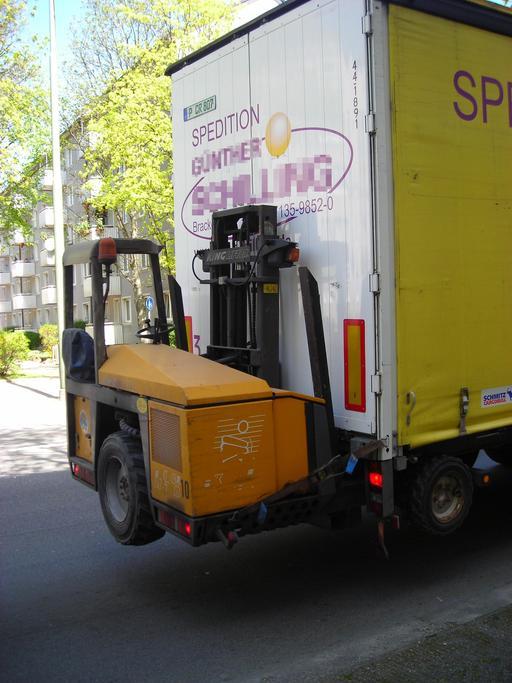 Chariot élévateur embarqué sur un camion