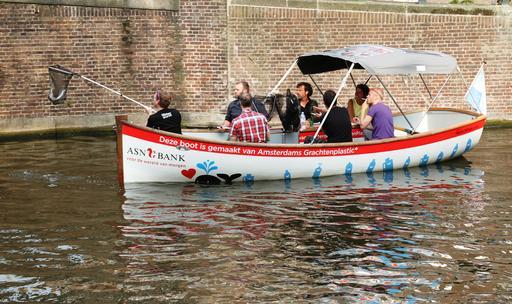 Chasse au plastique sur le canal d'Amsterdam