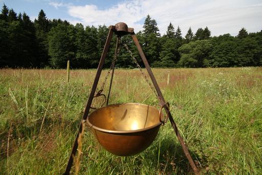 Chaudron en cuivre avec trépied