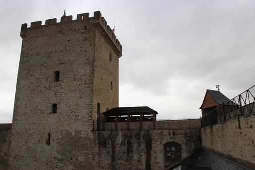 Chemin de ronde et donjon du château de Mauvezin