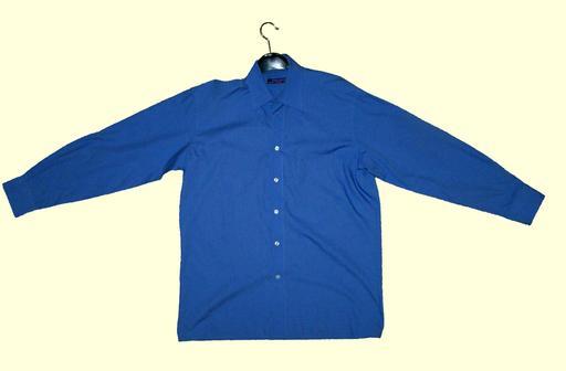 Chemise bleue sur un cintre
