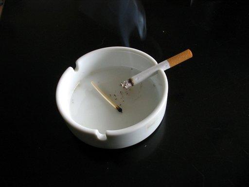 Cigarette dans un cendrier