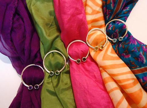 Cinq foulards de soie et anneaux en argent