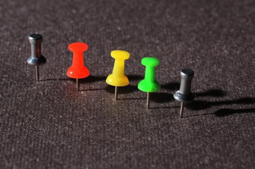 Cinq punaises de couleur