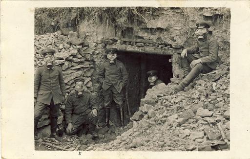Cinq soldats avec masques à gaz