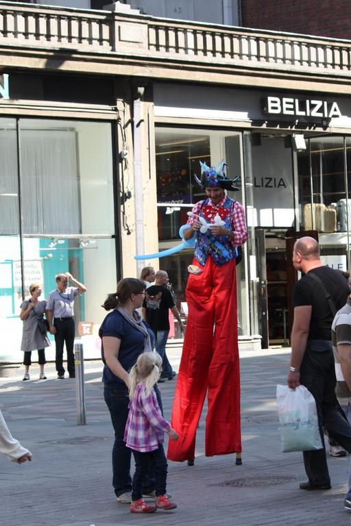 Clown sur échasses dans la rue