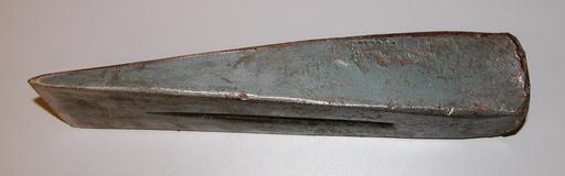 Coin métallique pour fendre du bois