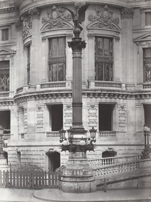Colonne rostrale à l'Opéra Garnier