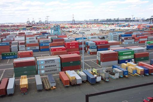 Conteneurs sur le quai d'un port maritime