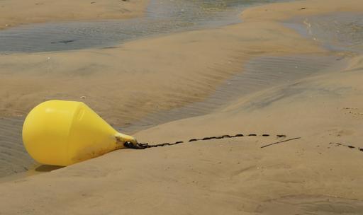 Corps mort de bateau de plaisance à marée basse