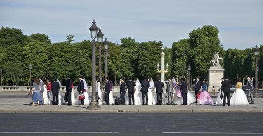 Couples de jeunes mariés attendant le photographe