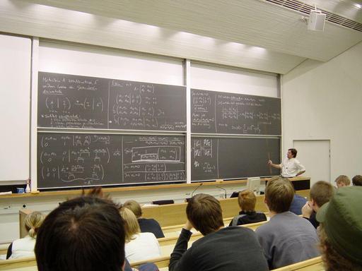Cours de mathématiques au tableau noir