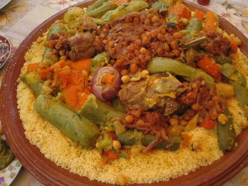 Couscous marocain avec oignons et raisins secs