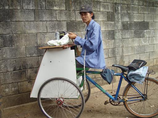 Couturier à vélo en Indonésie