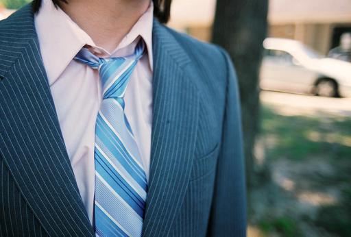Cravate, chemise et costume