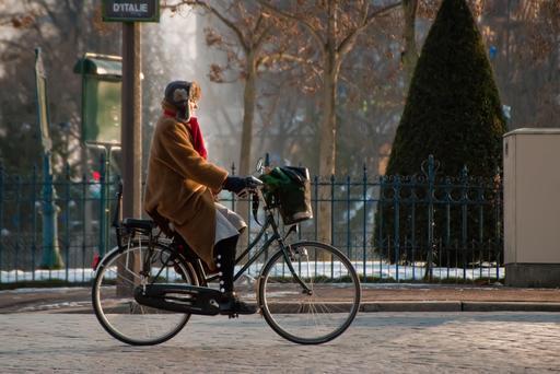 Cycliste à Paris en hiver