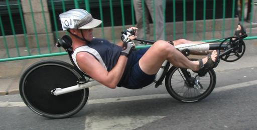 Cycliste de course en vélo couché