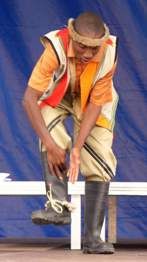 Démonstration de danse zoulou en bottes