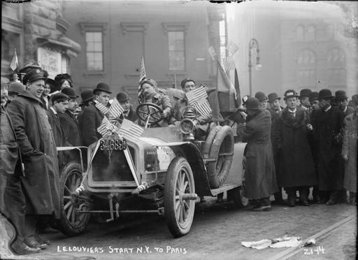 Départ de la course automobile de New York à Paris en 1908