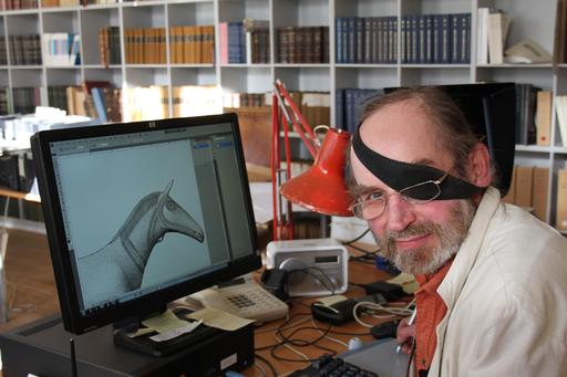 Dessinateur archéologique danois à l'ordinateur
