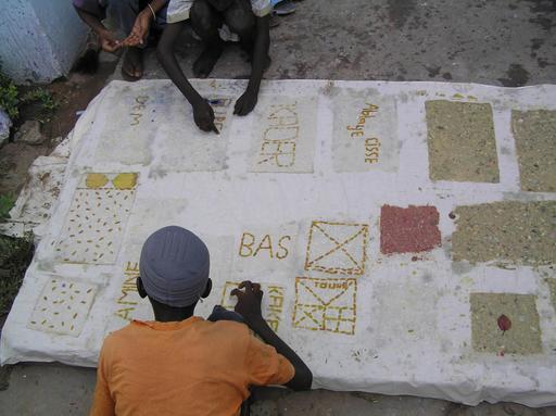 Deux enfants fabriquant du papier au Sénégal