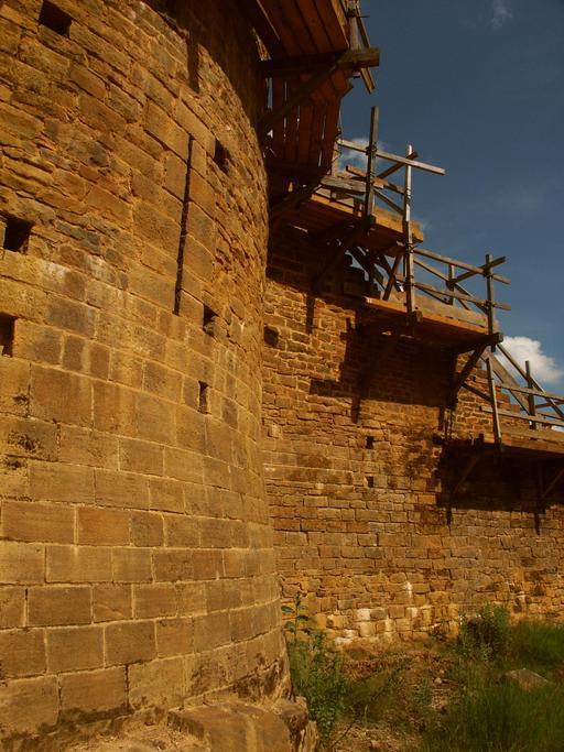 Échafaudages médiévaux au château de Guédelon