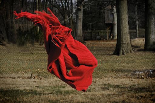 Écharpe rouge emportée par le vent