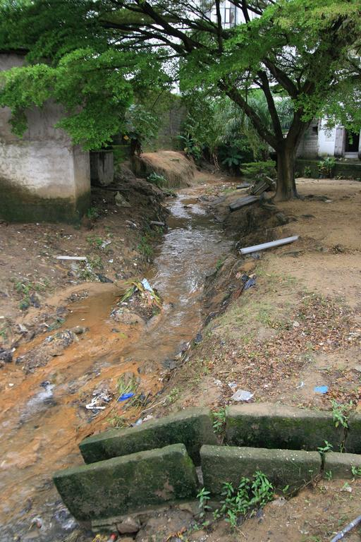 Égouts pluviaux dans la banlieue de Douala