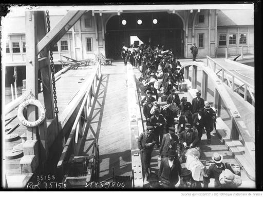 Émigrants en route pour New York depuis Ellis Island en 1913