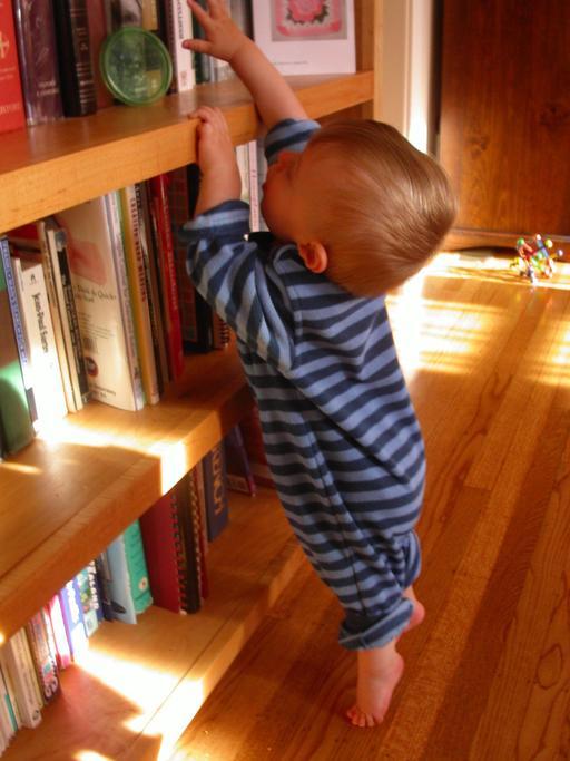 Enfant sur la pointe des pieds