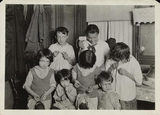 Enfants d'une famille au travail en 1923