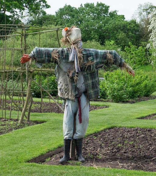 Épouvantail anglais dans un jardin